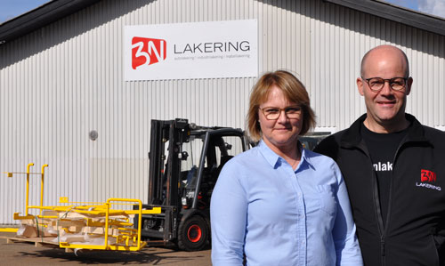 Morten og Joan foran 3N lakerings bygning